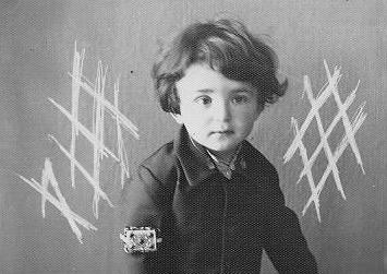 غلامحسین ساعدی در ۲ سالگی
