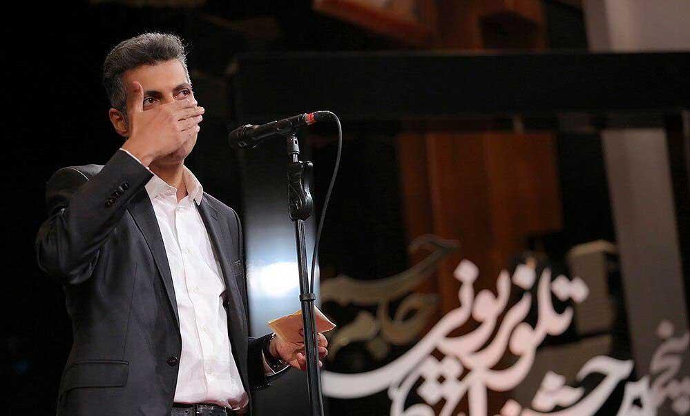 عادل فردوسی پور پس از دریافت دو جایزه در مراسم اختتامیه پنجمین جشنواره تلویزیونی
